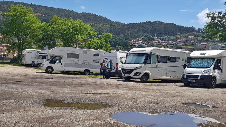El puente llena Samertolaméu de caravanas mientras los campings reabrirán en junio