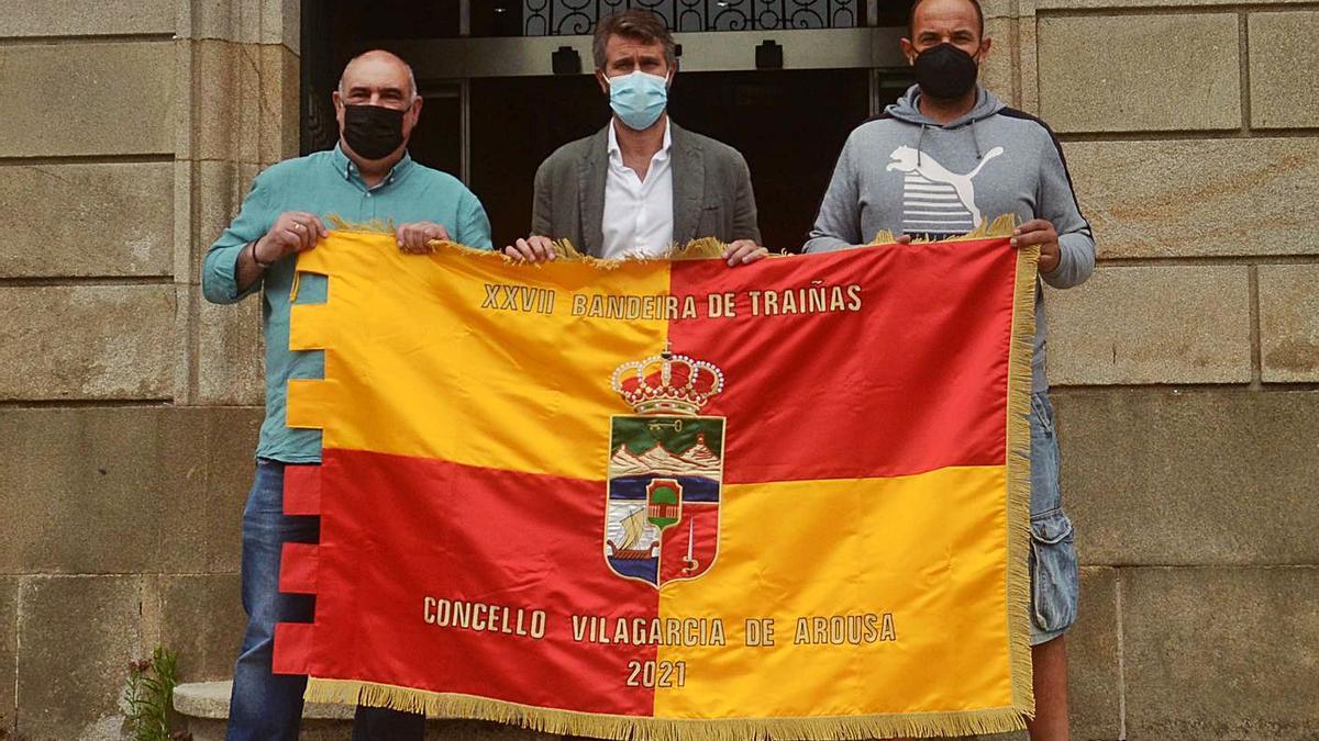 Argimiro Serén, concejal de Deportes, y Rogelio Tarrío, del Club Vilaxoán, junto a Alberto Varela.