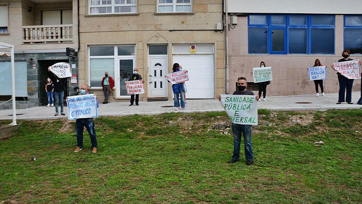 Manifestación de la CUT delante del Inem, ayer en Cangas.
