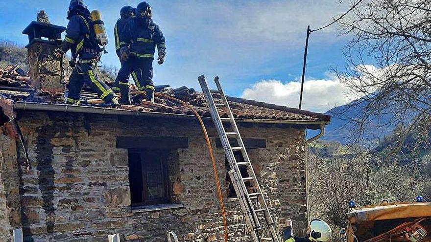 Un incendio calcina el tejado de una casa de dos plantas en Aller