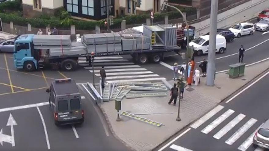 Retenciones al perder un camión su carga a la salida del Julio Luengo (13/05/21)