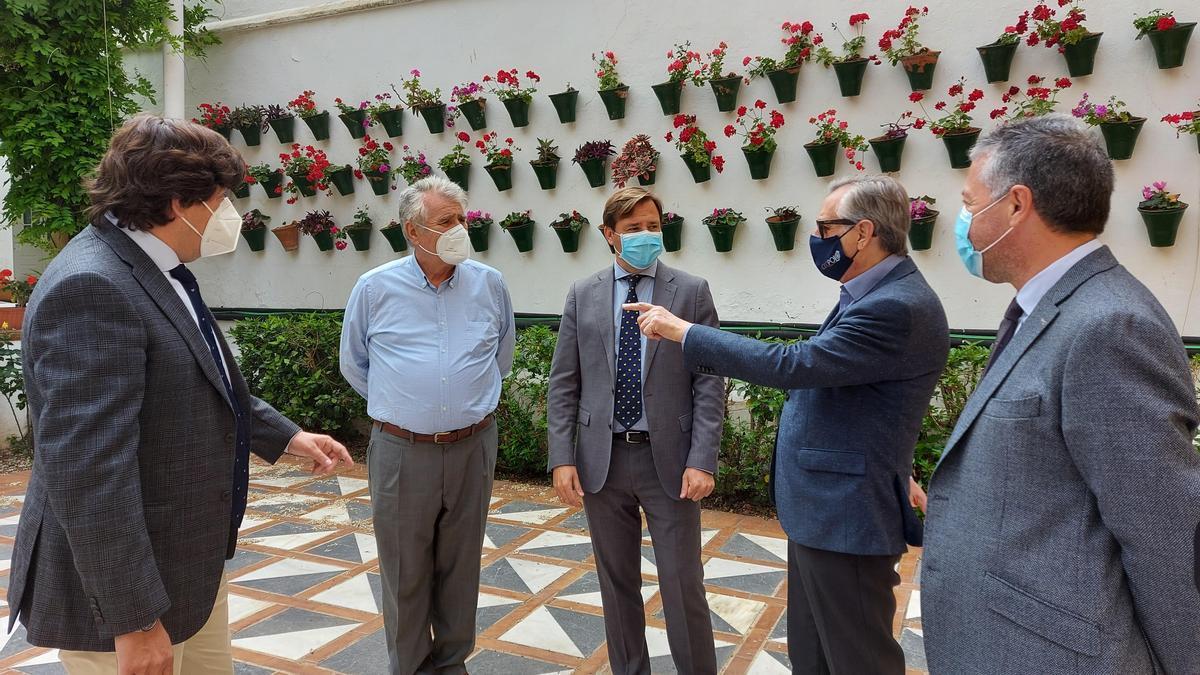 Encuentro del delegado del Gobierno, Antonio Repullo, junto a los tres presidentes de la Plaza de Toros de Córdoba y Francisco Palacios, jefe de servicio de Juegos y Espectáculos de la Junta en Córdoba.