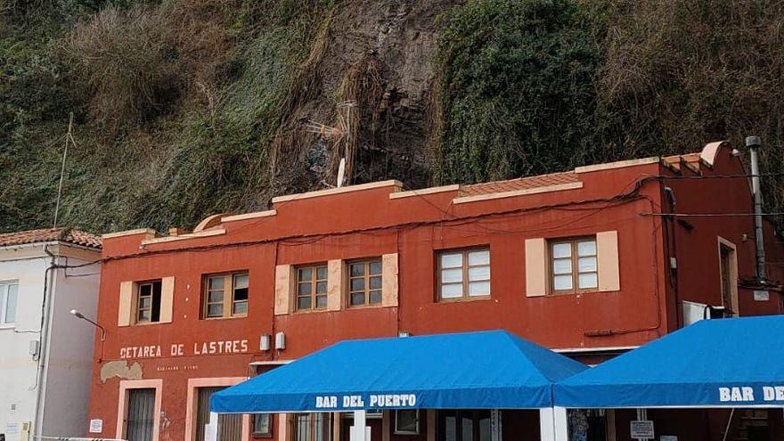 Un desprendimiento de tierra daña el tejado del edificio de la cetárea de Lastres