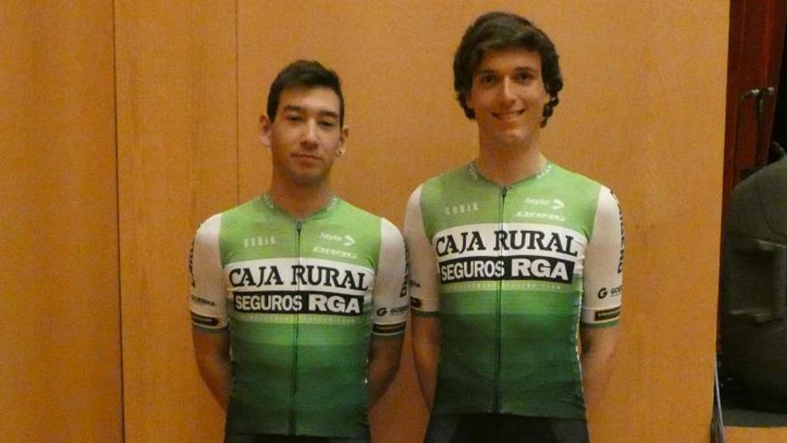 """Alejandro Gómiz y Martín Gil pedalean con la """"marea verde"""" del Caja Rural RGA"""