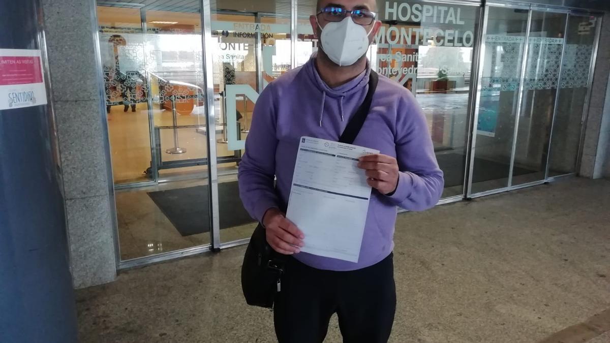 Marcos Fernández muestra la reclamación que ya ha presentado en el servicio de Atención al Paciente.