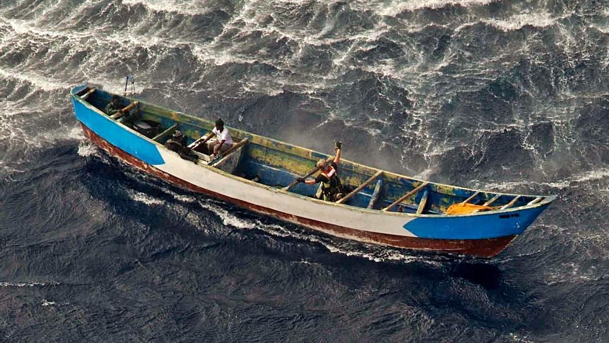 El cayuco encontrado a la  deriva en el momento del trabajo de los rescatadores del SAR.     EJÉRCITO DEL AIRE