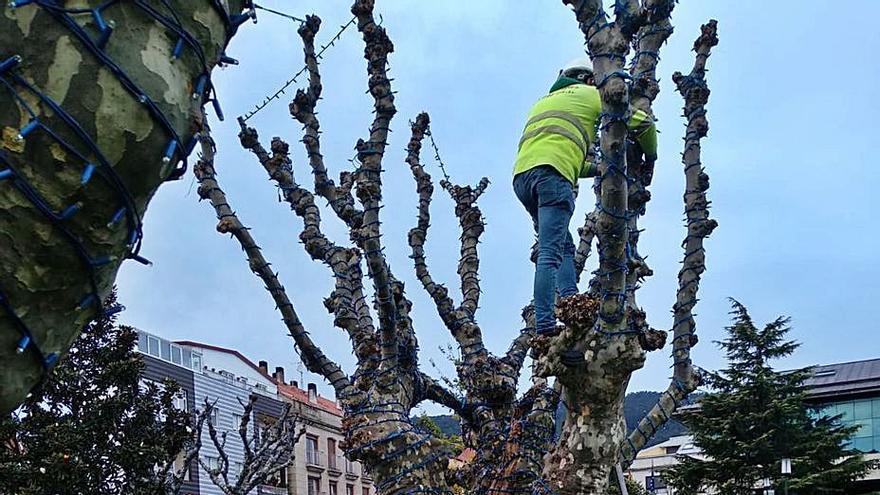 Moaña inicia la instalación de las luces de Navidad con la intención de encenderlas en el puente de diciembre