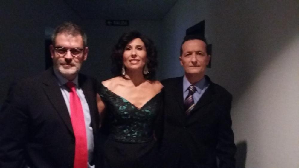 Jorge Fauró junto a Cristina Martínez y José Emilio Munera, presentadores de la gala
