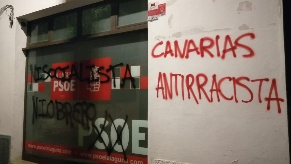 Pintadas la noche de este viernes en la sede del PSOE en La Laguna.