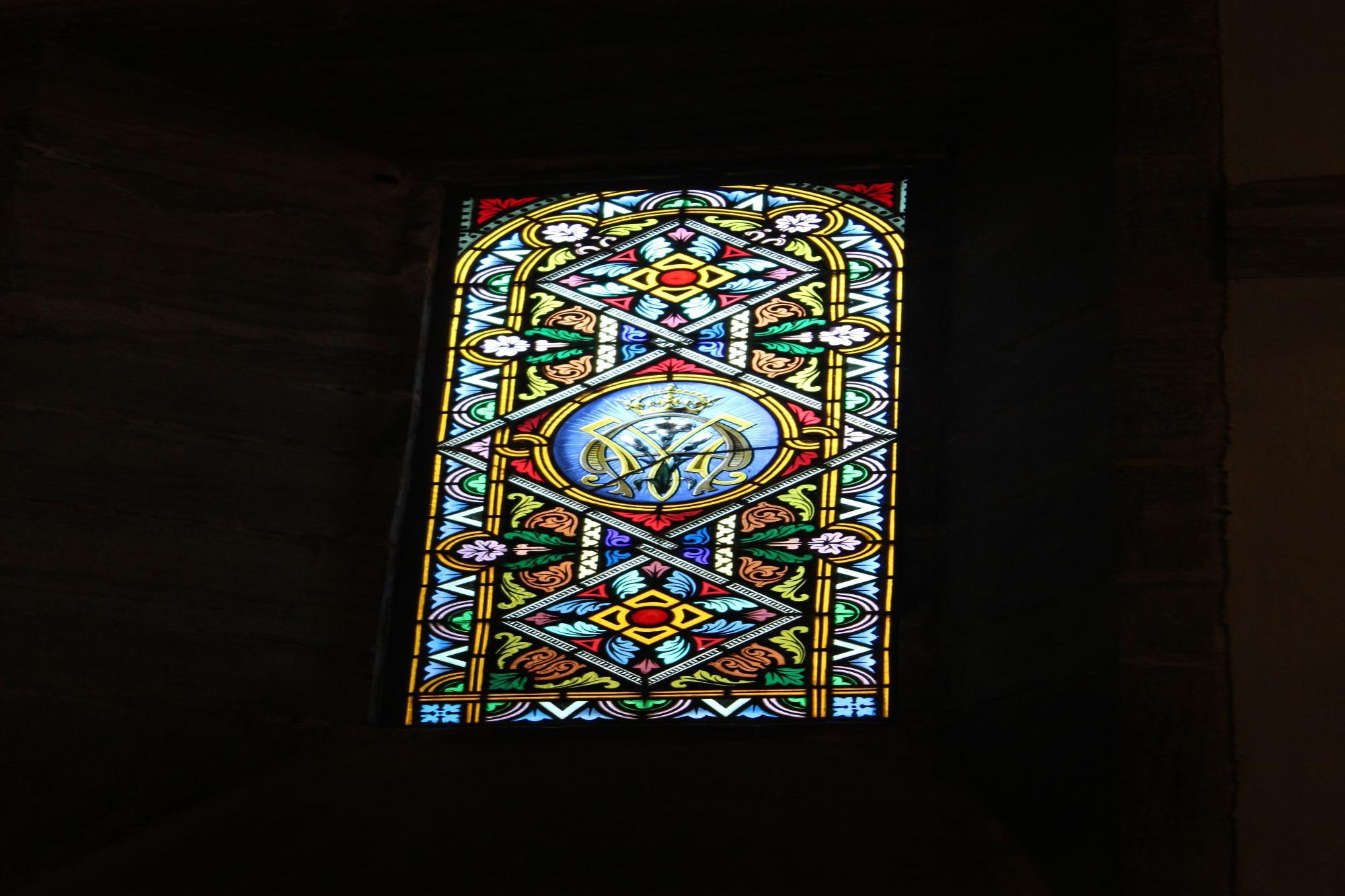Detalle de una cristalera de la capilla