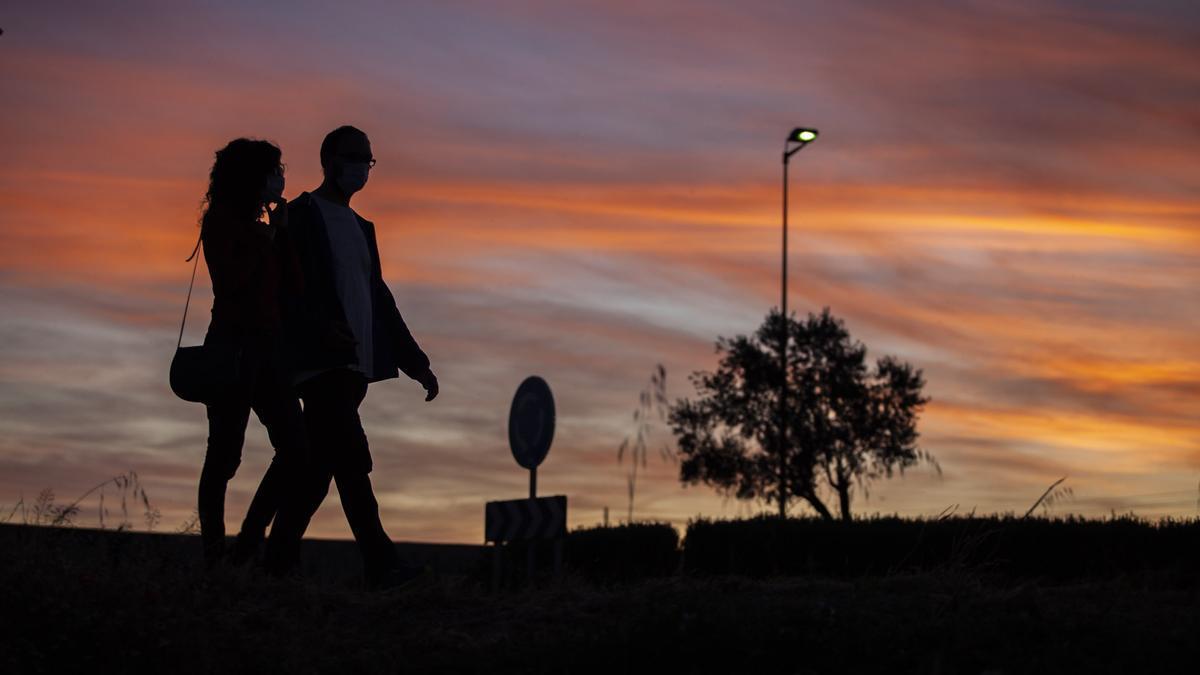 Una pareja paseando.
