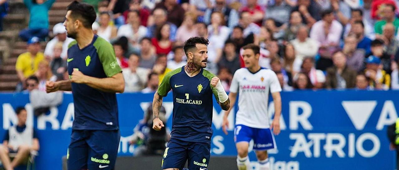Rubén García celebra el gol del Sporting, con Álex Pérez en primer término y Lasure al fondo.