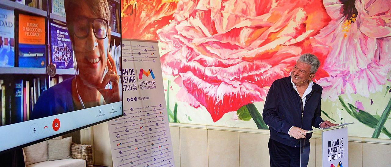 La directora del plan de marketing Angels Sierra, en la pantalla, y el concejal de Turismo, Pedro Quevedo, ayer en el hotel Santa Catalina.
