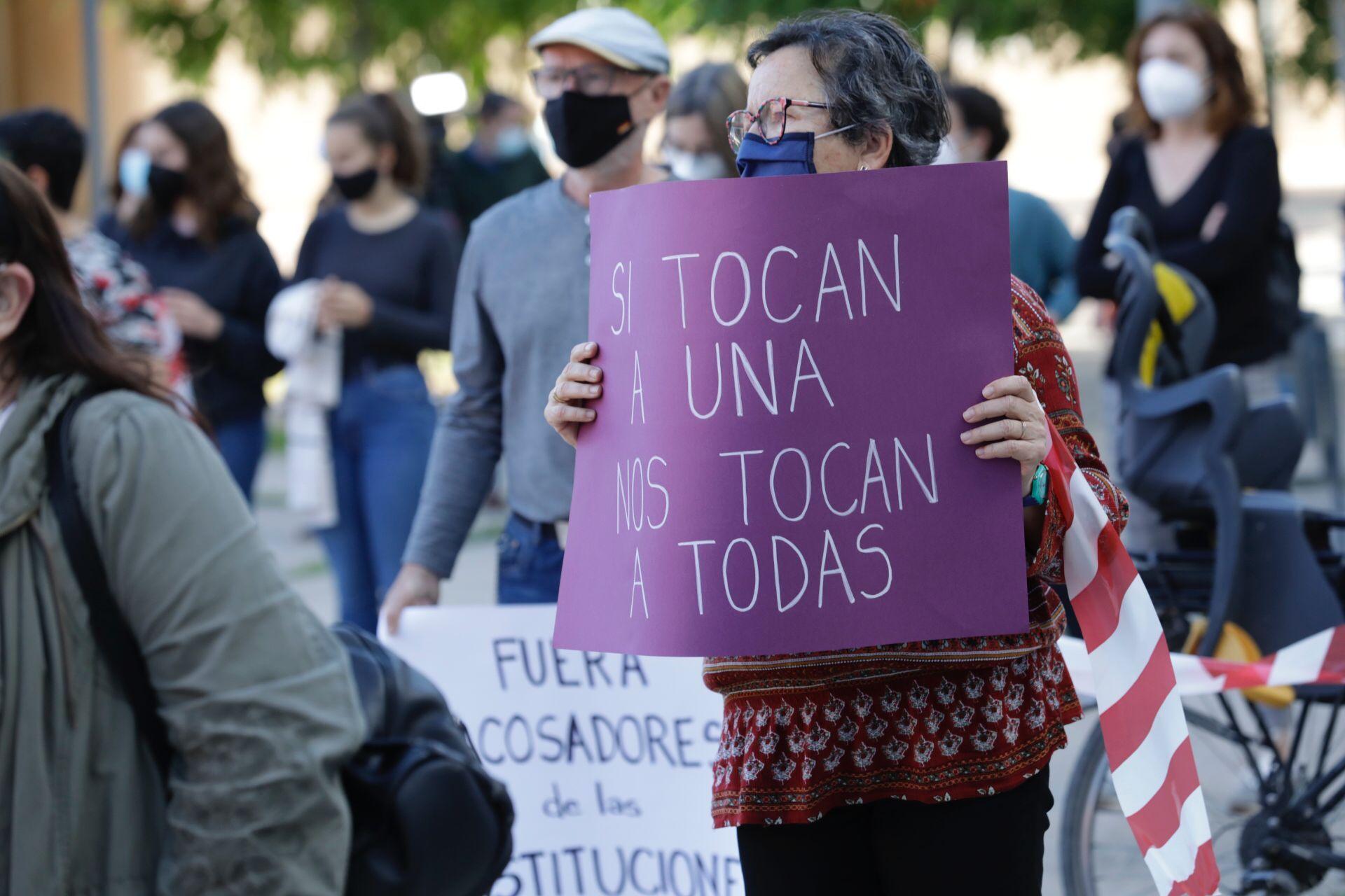Concentración contra los abusos sexuales de un médico en Zaragoza