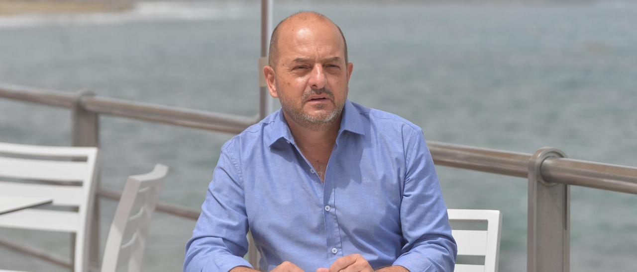 El ex alcalde de Las Palmas de Gran Canaria Juan José Cardona, en una terraza del paseo de Las Canteras.