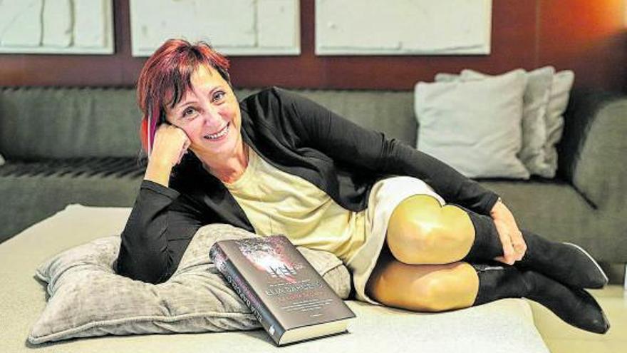 Elia Barceló  alerta de los abusos a niños  en su debut 'noir'