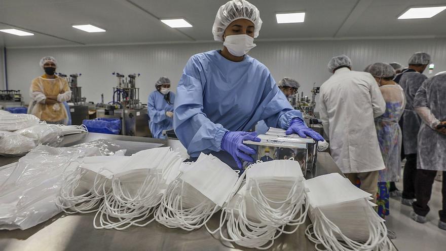 La reconversión de la industria por el virus permite producir 39 millones de mascarillas en la Comunidad
