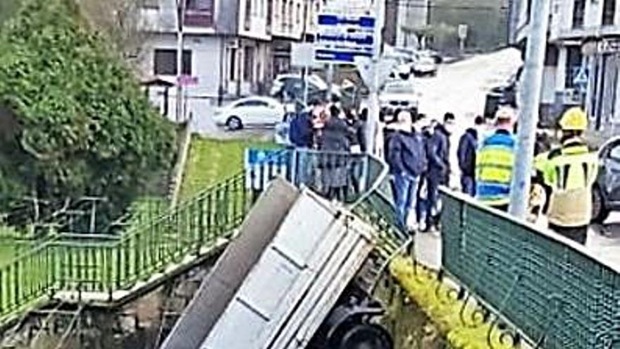 Un camión cae en Betanzos en la finca del lavadero de As Cascas