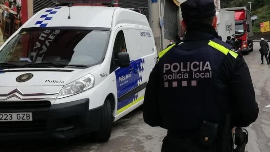 La Policia de la Jonquera atura un cotxe i hi descobreix 1.820 paquets de tabac de contraban