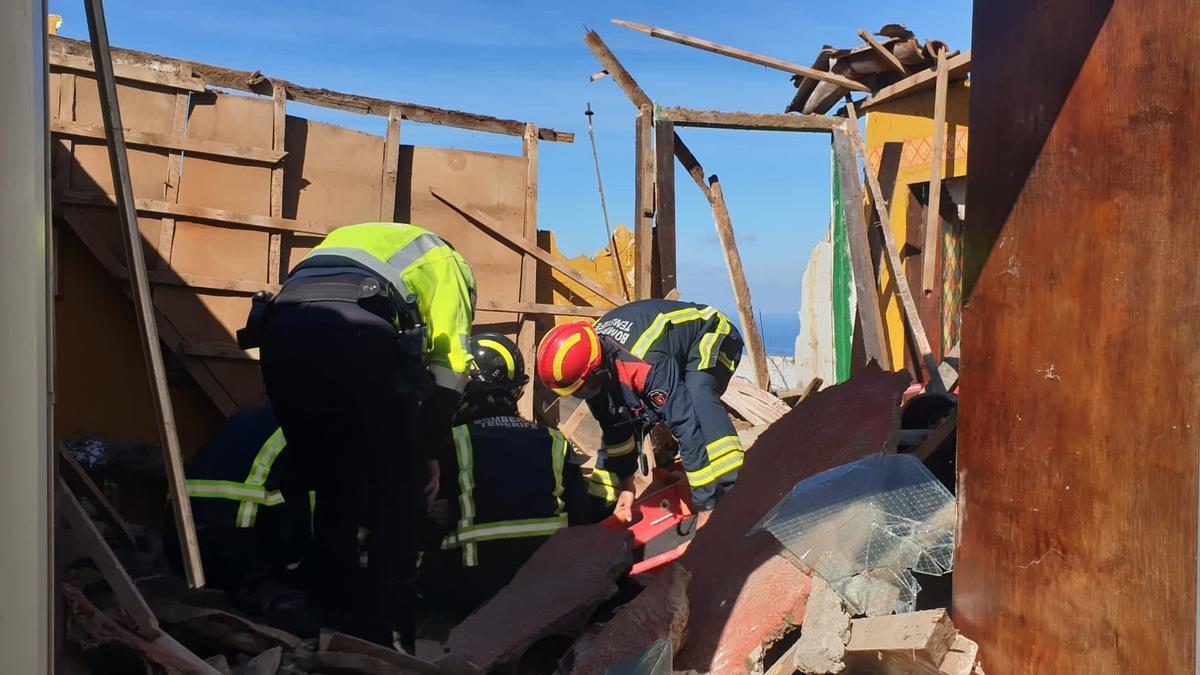 Rescatan a un hombre tras derrumbarse el techo de su vivienda en Icod (Tenerife)