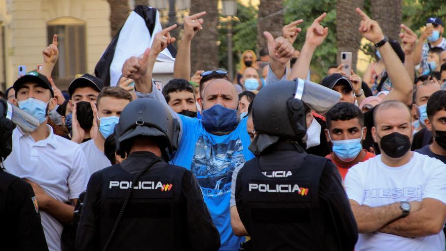 Dos detenidos y siete policías heridos en las protestas contra Abascal en Ceuta