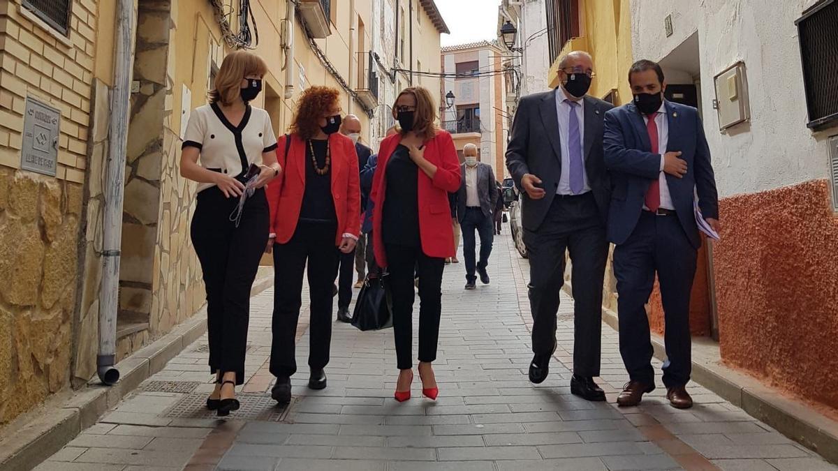 La delegada del Gobierno en Aragón, Pilar Alegria, la directora del Instituto de Transición Justa, Laura Martín, la consejera Mayte Pérez, el presidente de la DPT, Manuel Rando y el alcalde Antonio Amador, este viernes en Andorra.