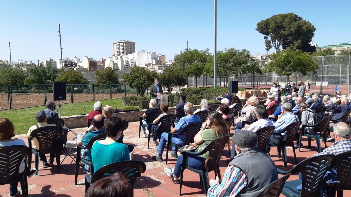 Un momento de la entrega de llaves de las parcelas del huerto urbano situado en el Parc de sa Riera