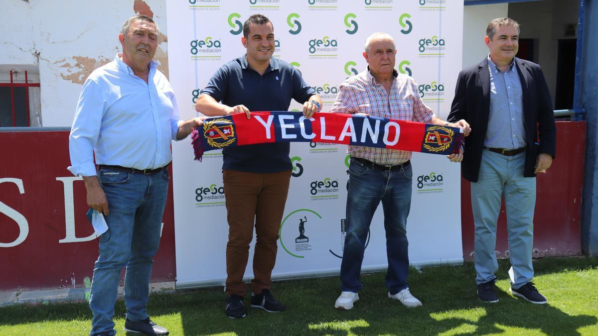 Adrián Hernández, presentado con el Yeclano