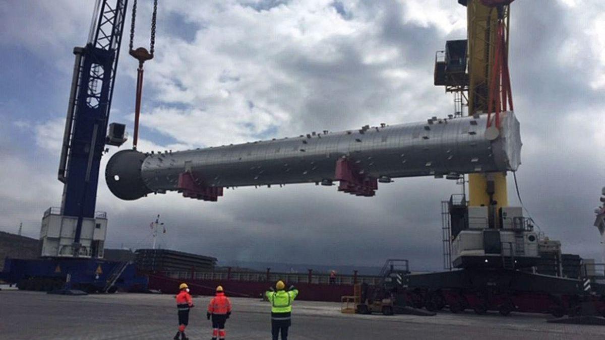 Descarga en el puerto exterior de una pieza para la refinería de Repsol.
