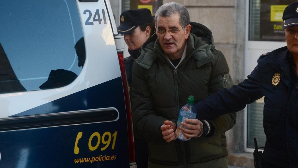 Rosendo, durante su traslado a los juzgados de Pontevedra durante el juicio en la Audiencia, en 2018. // R. Vázquez