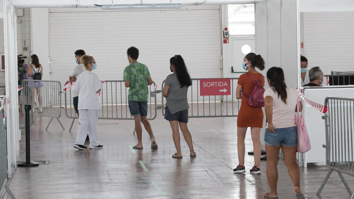 Vacunación de jóvenes en el Recinto Ferial de Ibiza