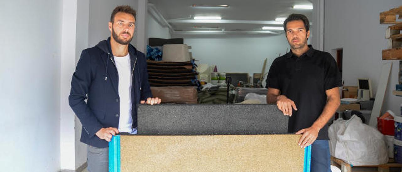 Antonio Perera (izquierda) y José Luis Lorenzo junto a un par de planchas de granulado de caucho.