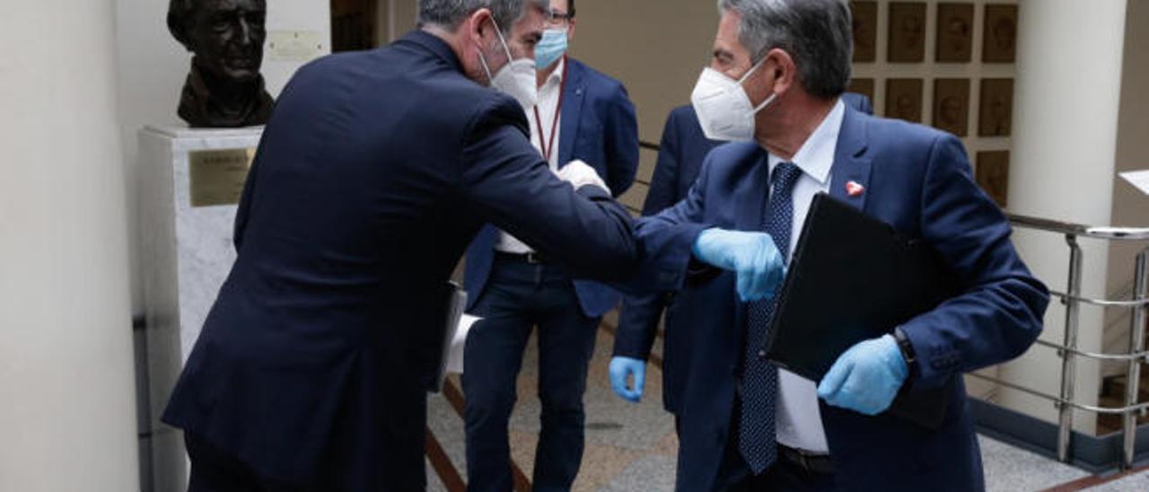 Fernando Clavijo saluda con el codo al presidente de Cantabria Miguel Ángel Revilla.