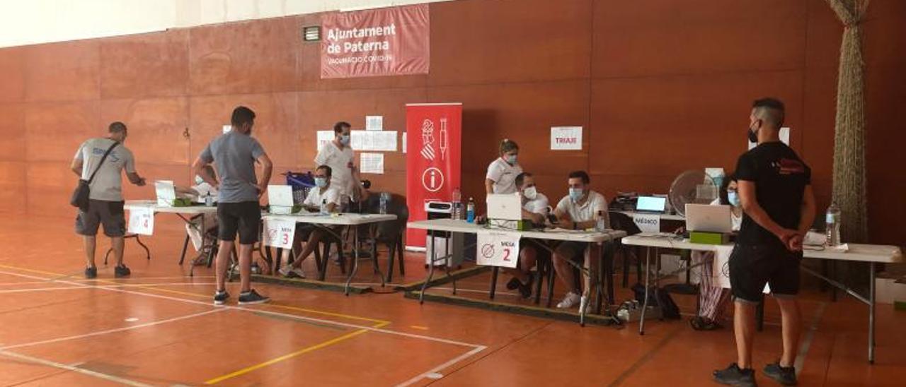 Admisión para recibir la vacuna en el polideportivo de Paterna, este martes