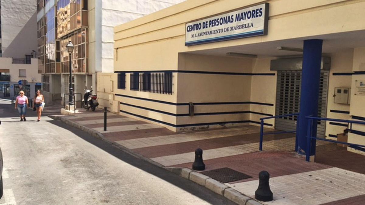 Dos vecinas pasan por delante del Centro de Personas Mayires Encarna Cantero, en Marbella.