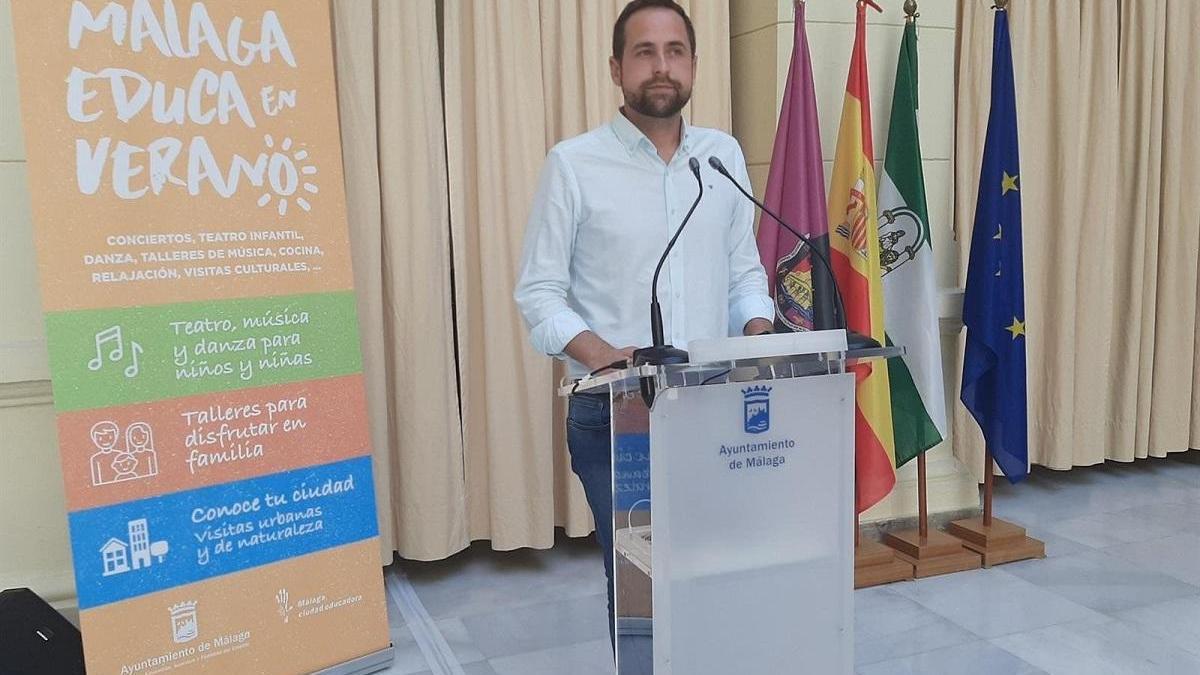 Luis Verde presenta el programa 'Málafa educa en verano'.