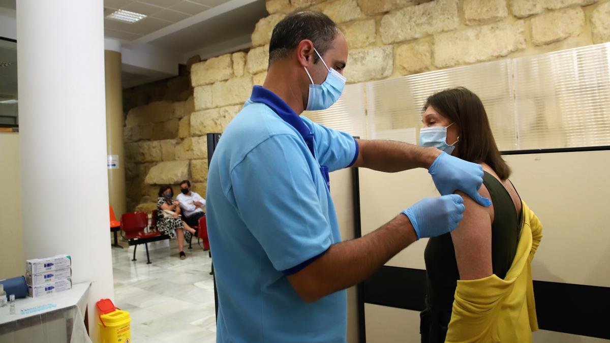 Una mujer recibe la vacuna de Moderna en el edificio del Ayuntamiento de Córdoba.