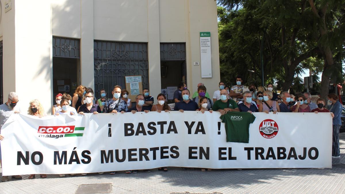 Imagen de la concentración celebrada hoy en la capital tras la muerte del bombero forestal en el incendio de Sierra Bermeja