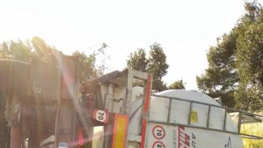 Vuelca un camión en Sagunt cargado con aceite
