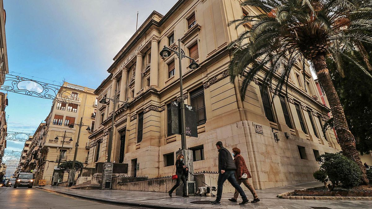 The house of culture and the municipal library are located in this emblematic building in the old town of Alcoy.