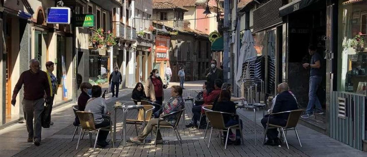 Una terraza de la plaza Alfonso X el Sabio de Luarca, ayer.