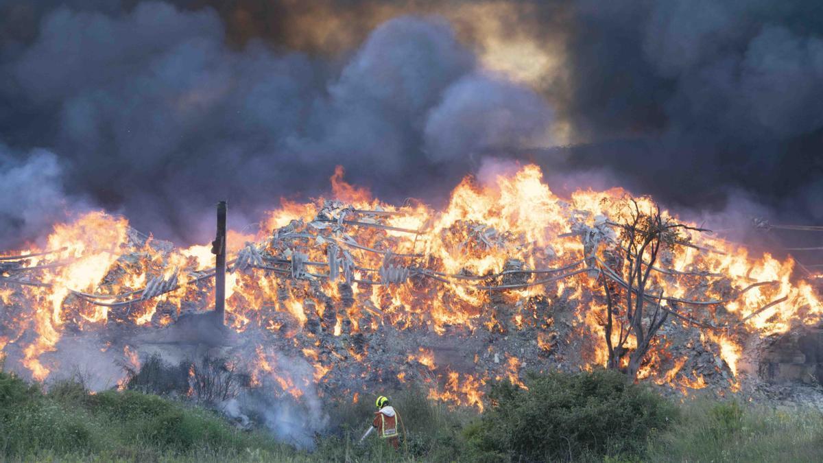 Se desata un incendio en una nave de almacenaje de ropa en L'Olleria