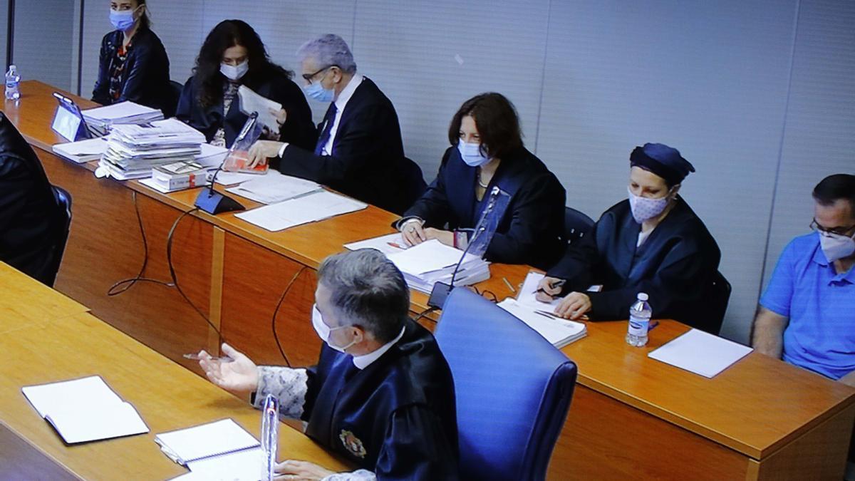 María Jesús M. C. lanza una mirada al fiscal mientras interroga a la jefa de Homicidios, mientras Salva permanece cabizbajo.