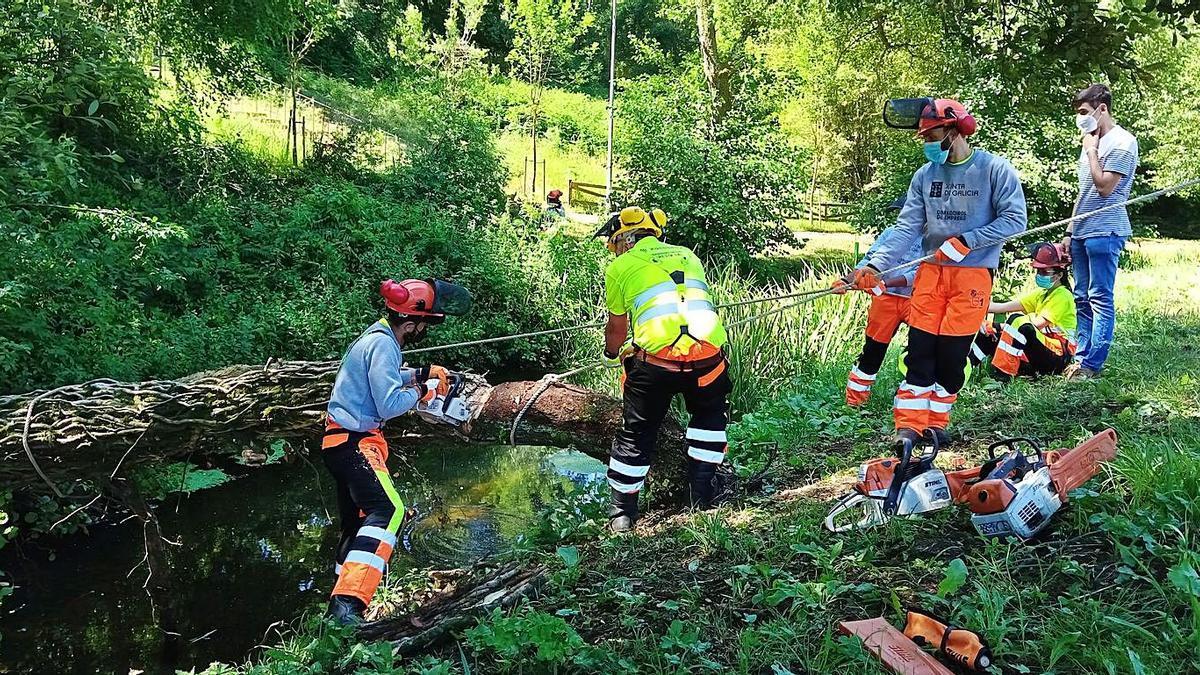 Avelino Souto supervisa trabajos en el espacio fluvial.