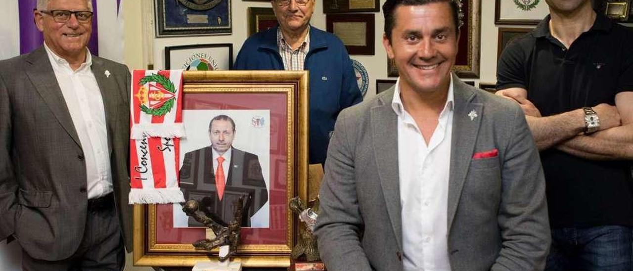 Jorge Guererro, en el centro, junto a una foto de Quini, en el local de la Federación de Peñas junto a tres miembros de su directiva, José Luis Guerrero, Aurelio Rodríguez y Emilio Llerandi, en una foto tomada el pasado mes de junio, unos días antes de recibir la medalla de plata de Gijón.