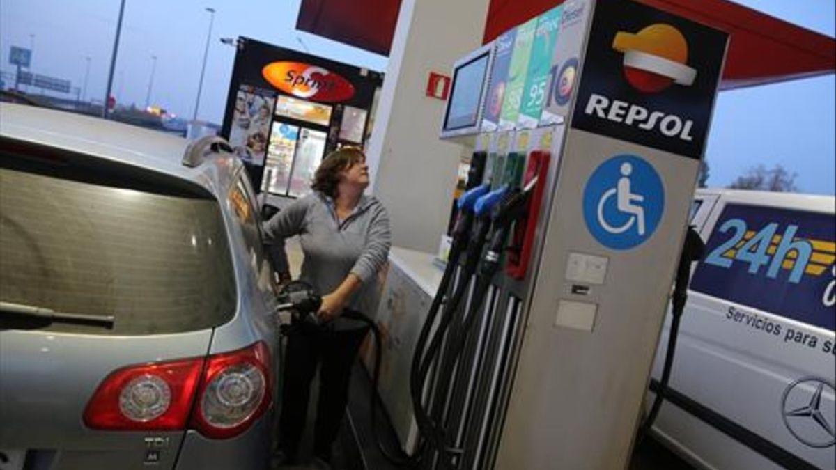 Una persona posant gasolina al cotxe