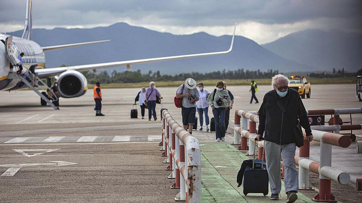 Passatgers baixant d'un vol de Ryanair a Girona, aquest mes de juny