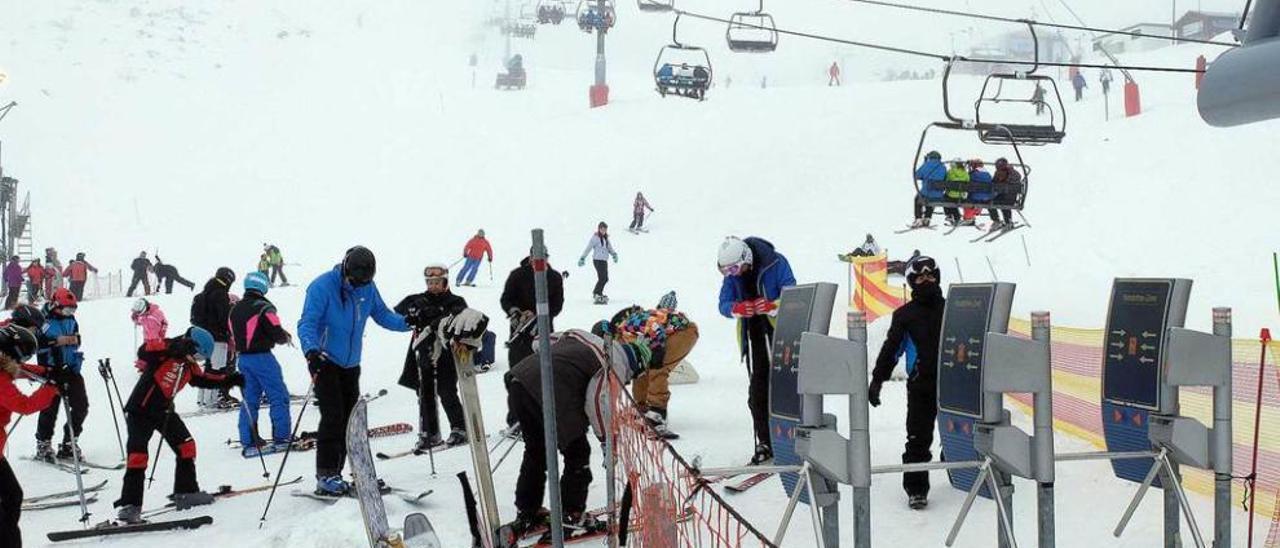 Las estaciones suman 10.673 esquiadores en su primer buen fin de semana del año