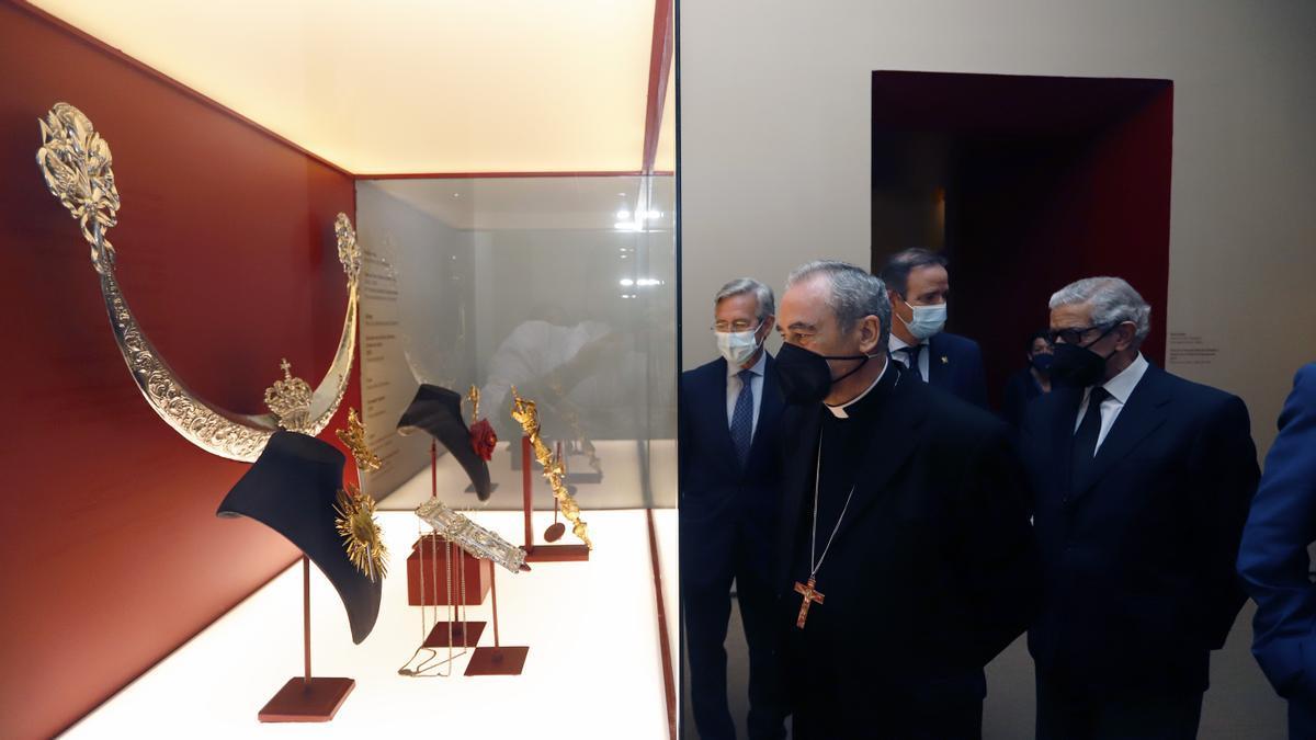 Francisco de la Torre, Manuel Azuaga, Braulio Medel y Francisco González de Lara, entre otros, visitan la exposición del Palacio Episcopal