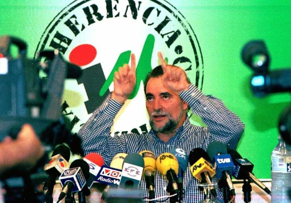 Julio Anguita, en un encuentro con los medios de comunicación en apoyo de IU dentro de la campaña electoral.